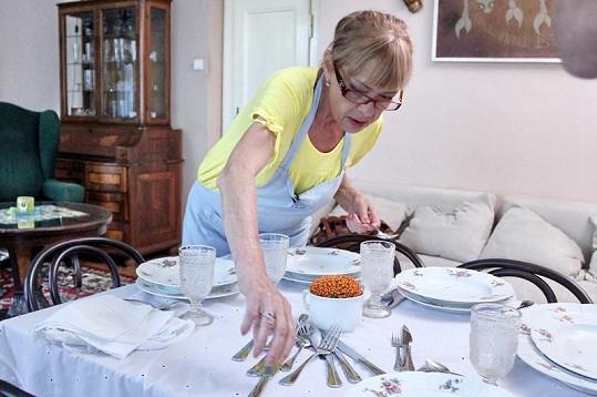Jana Šulcová připravuje lahodné menu pro své hosty.