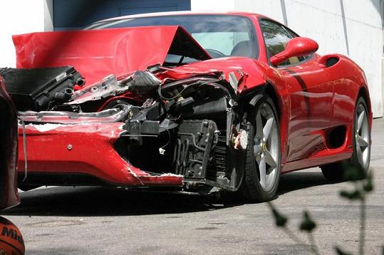 Leoš Mareš v roce 2004 takto zničil své milované Ferrari. Teď se ho zbavuje.