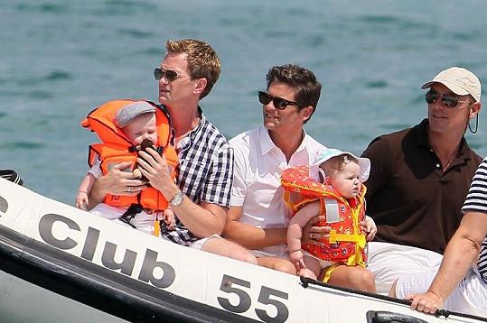 Herec Neil Patrick Harris (vlevo) s partnerem Davidem Burthkou a jejich dvojčaty Gideonem Scottem a Harper Grace.