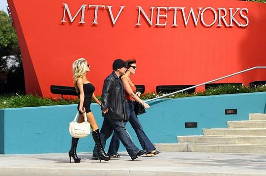 Kontroverzní dvojice kráčí k sídlu televize MTV.