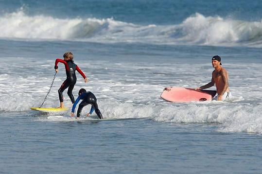 Beckhamovi synové jsou šikovní, na surfu už jsou téměř jako doma.