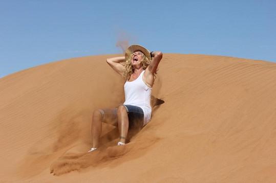 Vendula řádila v dunách jako fakír. Jen místo ohně plivala písek...