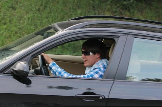 Otec syna Agáty Hanychové Miroslav Dopita pospíchá pryč z nemocnice.
