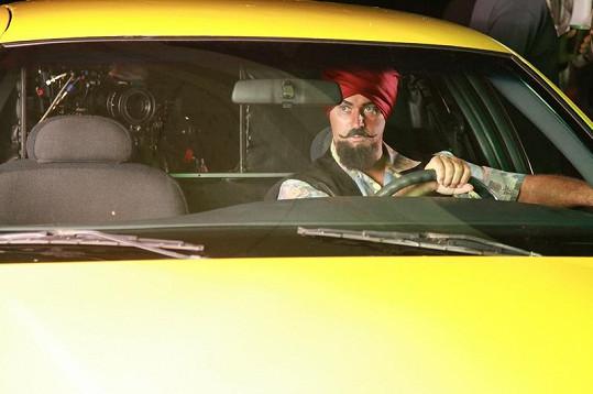 Martin Dejdar jako indický taxikář.