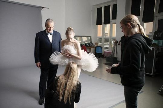 Ministr zahraničí na place instruován fotografkou Lucií Robinson.