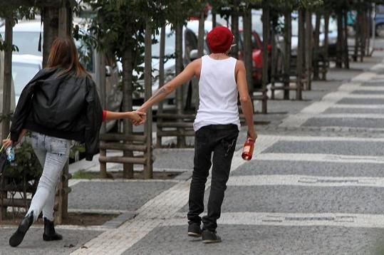 Sámer a Karolína nejsou zrovna opatrní. Na ulici se dokonce vodili za ruce.