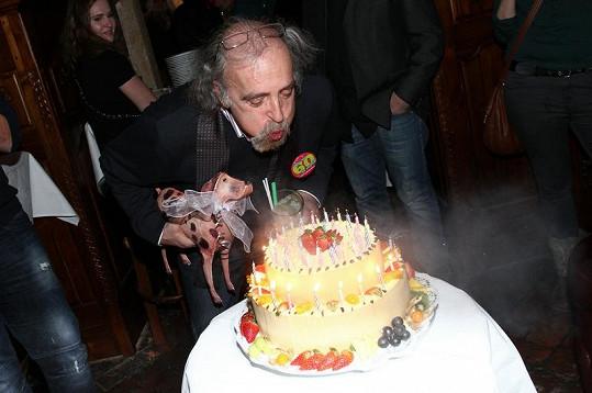 Oslavenec Jan Hájek s dortem.