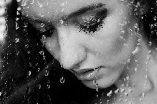 Barbora mezi kapkami deště.