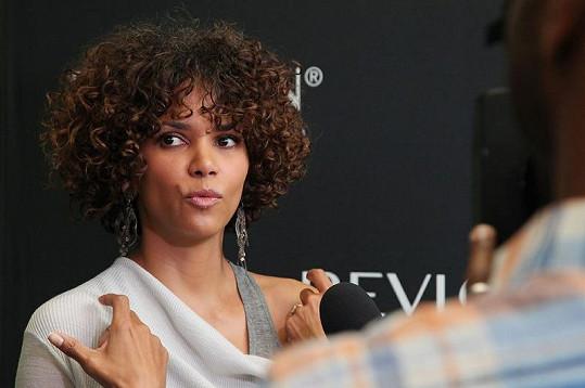 Herečka si vlasy nechala narůst kvůli nové roli.