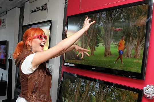 Hraní 3D her si v kamiónu LG vyzkoušela i zpěvačka Debbi.