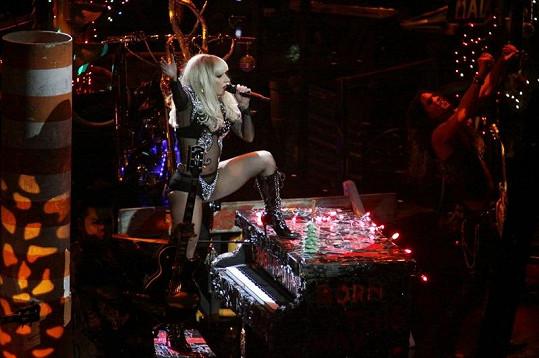 Gaga se asi nikdy nevzdá kostýmů vyrobených jen z minima látky.