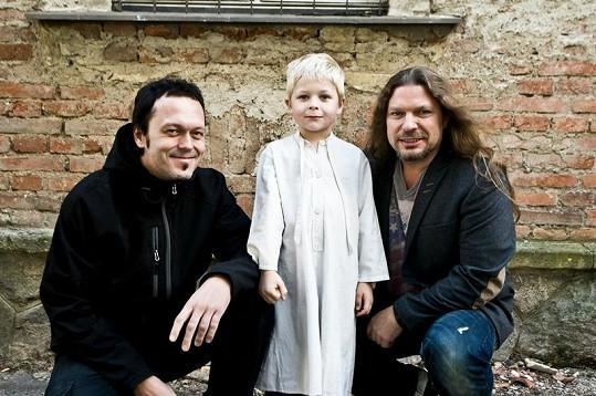 Zpěvák Petr Kolář (vpravo) se svým spolupracovníkem Viktorem Dykem a mladým hercem.
