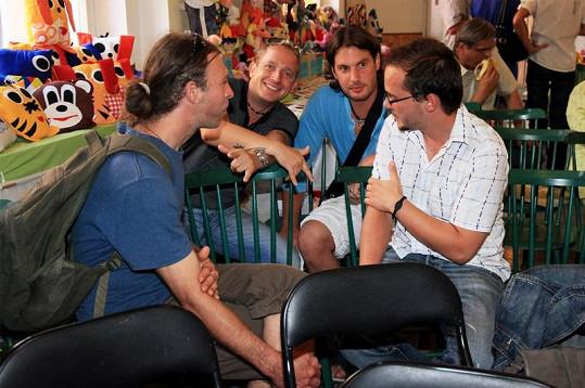Vernisáže se zúčastnili i tři ze čtyř zpěváků z kapely Lunetic.