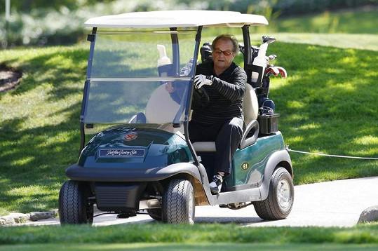 Jack Nicholson řídí golfový vozík.