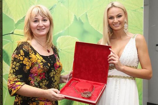 Nezbytným doplňkem všech šatů jsou šperky partnera projektu Česká Miss a oficiálního dodavatele korunek.