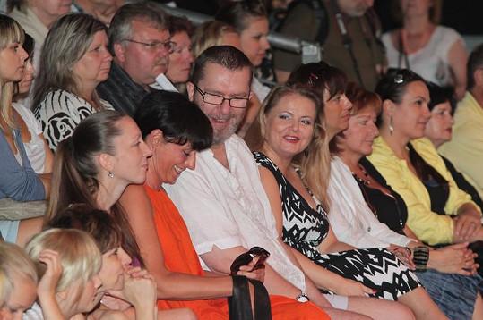 Richard Miller v publiku s návrhářkou Liběnou Rochovou a přítelkyní Vandou Wolfovou.