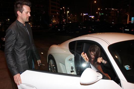 Dominika nasedá do luxusního vozu svého přítele.