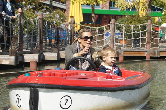 Monika si zajezdila s Matějem ve vodním vozítku.