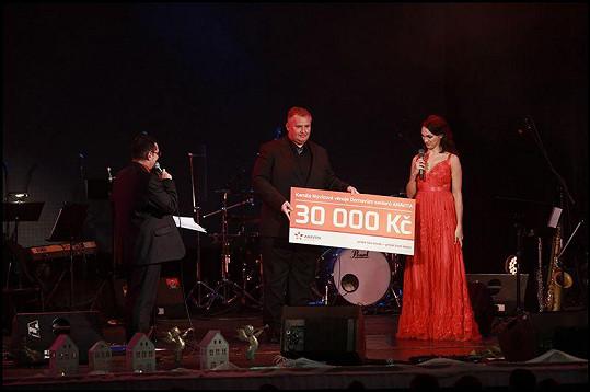 Kamila předala výtěžek z koncertu domovu pro seniory.
