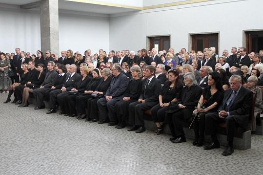 Obřadní síň ve Strašnicích byla zaplněná do posledního místa.