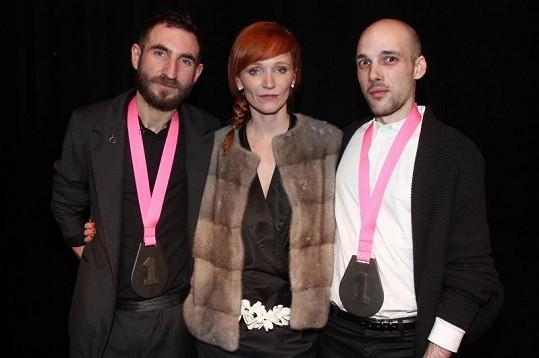 Geislerová v norkové vestě od Ivany Mentlové s Grand designéry roku 2011 Zdeňkem Vackem a Danielem Poštou