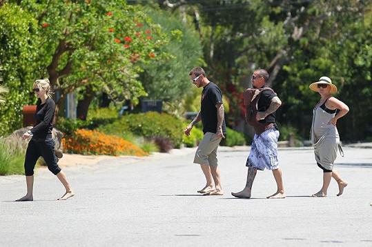 Manželé a šťastní rodiče Carey Hart a Pink na procházce s přáteli.