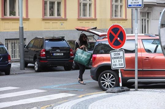 Agáta Hanychová se už vozí v Prachařově autě.