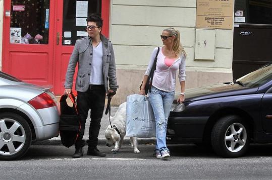 Martina Gavriely, Marcus Tran a jejich pes Guru odchází spokojeně z obchodu.