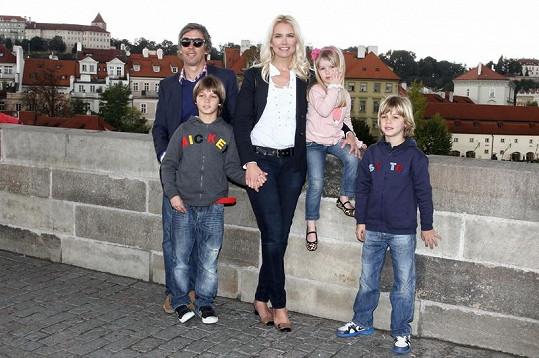 Valeria s manželem Alejandrem a dětmi.