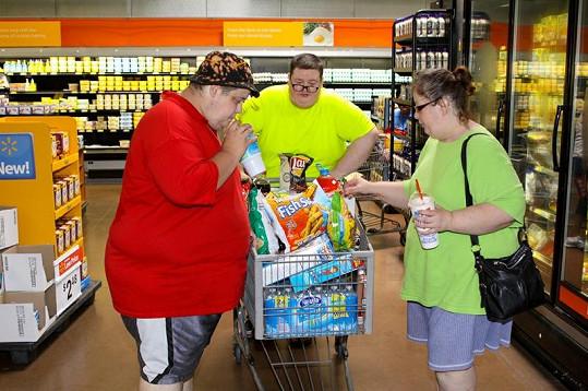 Nákupy v supermarketu podniká rodina opravdu ve velkém.