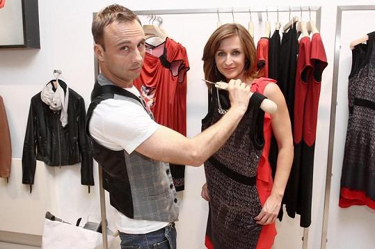 Terezie Kašparovská při výběru šatů se stylistou.