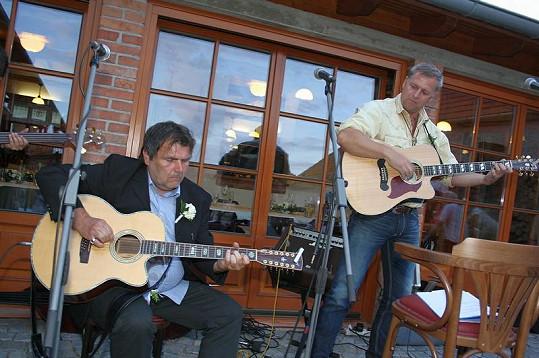 Ministr zemědělství Petr Bendl si zahrál se svým kamarádem Romanem Horkým na kytaru.