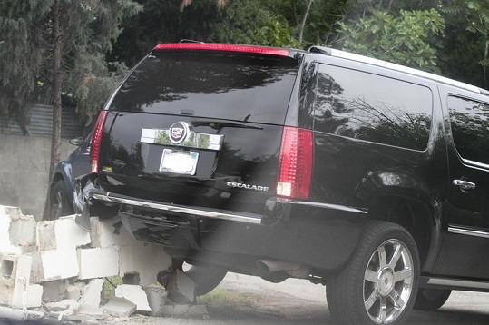 Tori svým autem zbořila zeď u školy svých dětí.