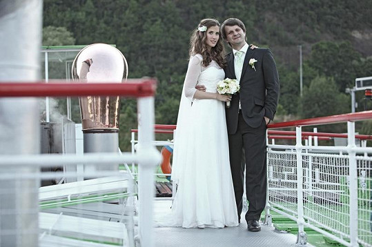 Půvabné svatební fotografie Jany a Rudy vznikly na největším pražském parníku Vyšehrad.
