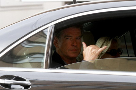Pierce Brosnan odjíždí v autě