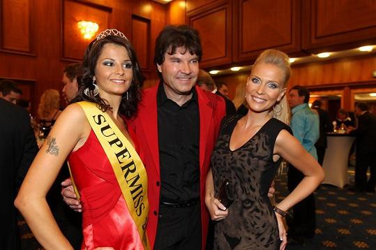 Loňská vítězka Kateřina Šidlová s pořadatelem akce Tomášem Vavřincem a moderátorkou Michaelou Ochotskou.