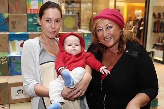 Halina Pawlowská s dcerou Natálii a vnukem Hugem.