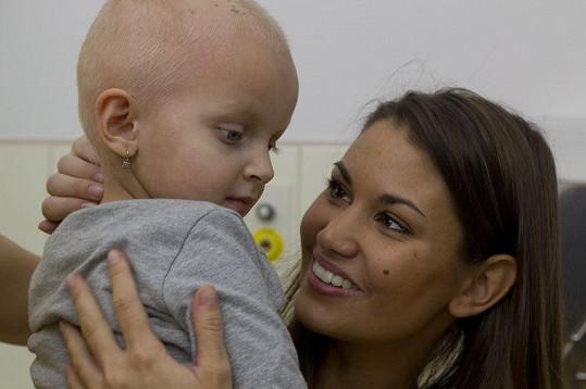 Lucie Smatanová a holčička, která bojuje se zákeřnou rakovinou.