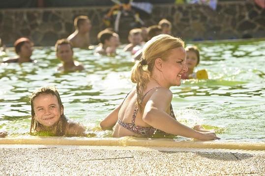 Vendula se synem v tatranském bazénu.
