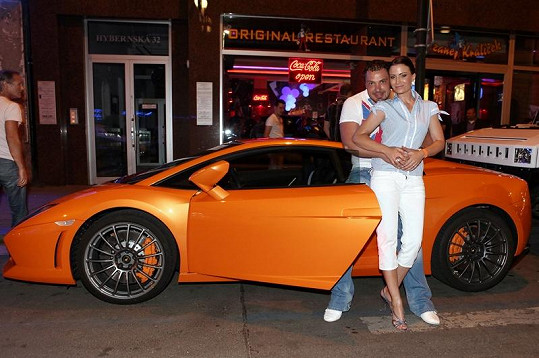 Gábina Partyšová a Milan Markovič jak jinak než u luxusního vozu.