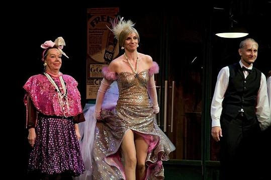 Yvonne Přenosilová s Ivanou Chýlkovou a Josefem Cardou v představení Hello, Dolly!