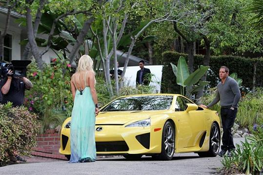 Paris Hilton obdivovala nového Lexuse, kterého dostala ke třicetinám od Waitse.