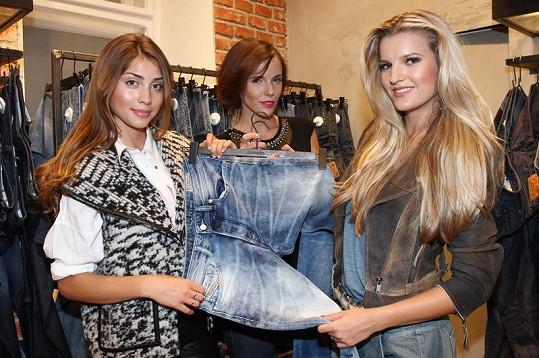 Modelky se praly o kalhoty.