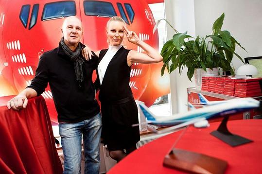 Krainová a Soukup si na vlastní kůži vyzkoušeli, jaké je to řídit obrovské letadlo.