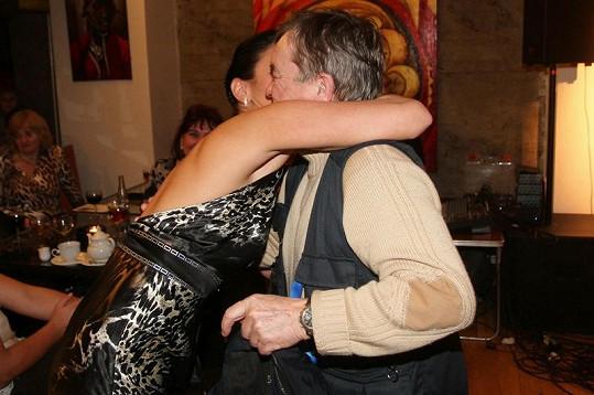 Tenhle polibek filmovému majoru Borovičkovi záviděl nejeden muž.