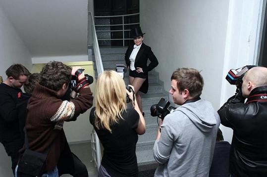 Zpěvačka pózovala davu fotografů.
