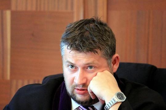 Soudce Jan Hostaš řídí jednání přísně, nicméně vypadá to, že spravedlivě.