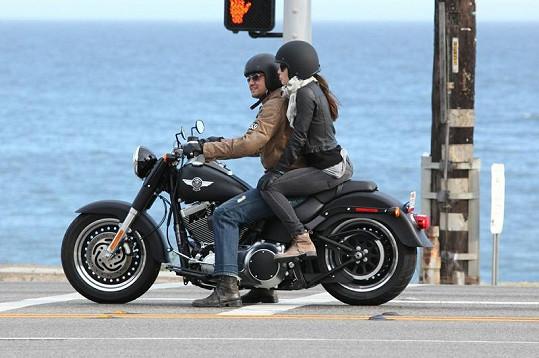 Jessica a Gerard během vyjížďky na motocyklu Harley Davidson.