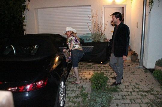 Ivety Bartošová před nástupem do vozu ukázala své přednosti. Domenico se jen smál.