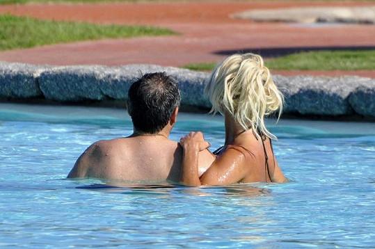 Zamilovaná dvojice na Sardinii v bazénu.